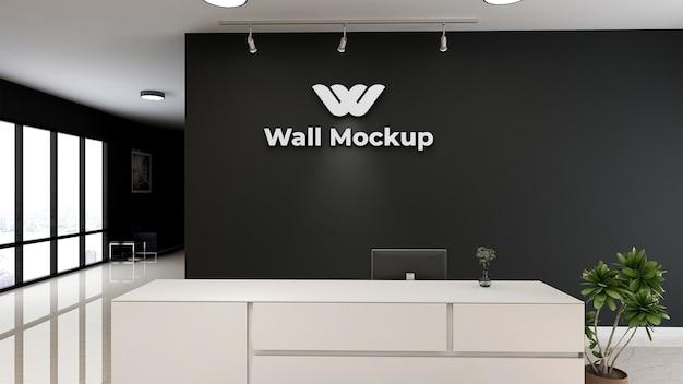 Metalen logo op de mocku van de receptie van het kantoor