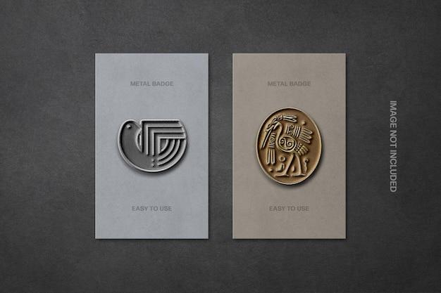 Metallic emaille pinnen in mockup van back-kaarten