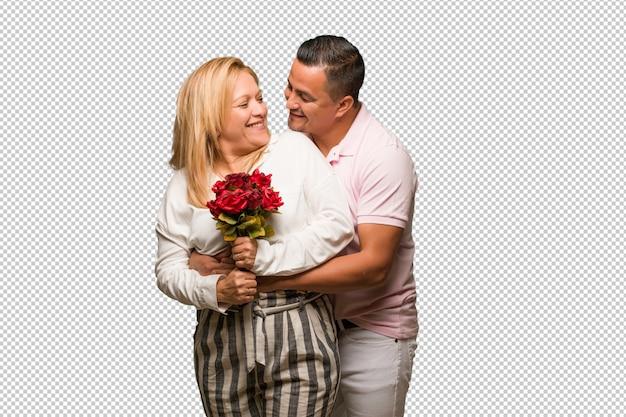 Middelbare leeftijd latijns-paar vieren valentijnsdag