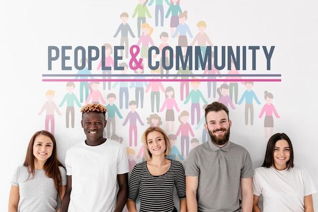 Middelgroot schot van gelukkige mensen en gemeenschap