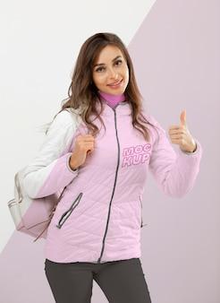 Middelgrote geschoten smileyvrouw die jasje draagt