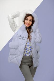 Middellange geschoten vrouw die een warm jasje draagt