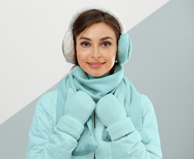 Middellange geschoten vrouw die winterkleren draagt