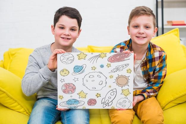 Middellange shot coole kinderen met tekening