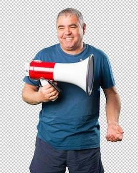 Midden oude mens die een megafoon houdt