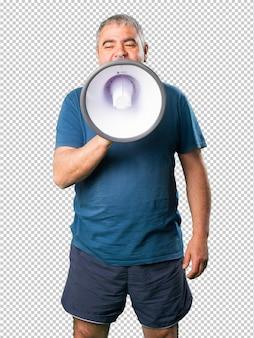 Midden oude mens die op megafoon schreeuwt