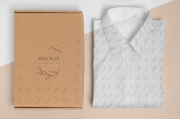 Milieuvriendelijk prijskaartje en kartonnen doos met een model van een formeel overhemd