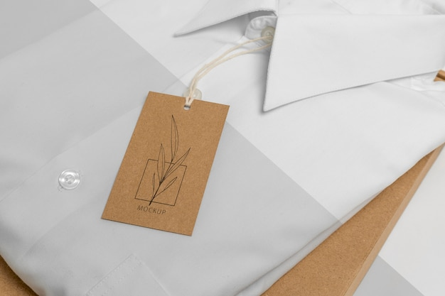 Milieuvriendelijk prijskaartje en papieren zak met een model van een formeel overhemd