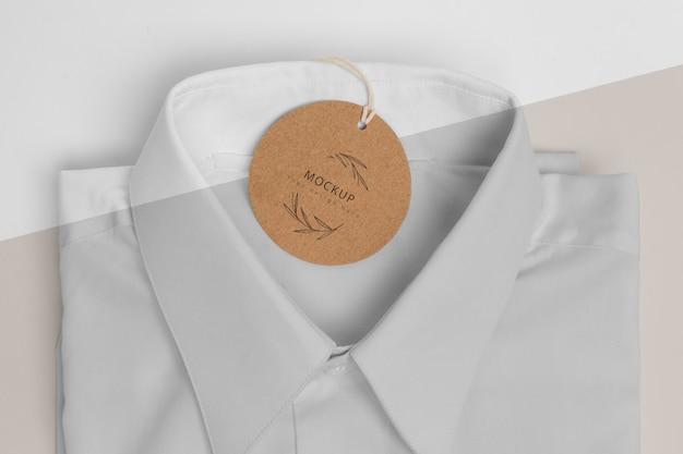 Milieuvriendelijk prijskaartje op een formele overhemdsmodel