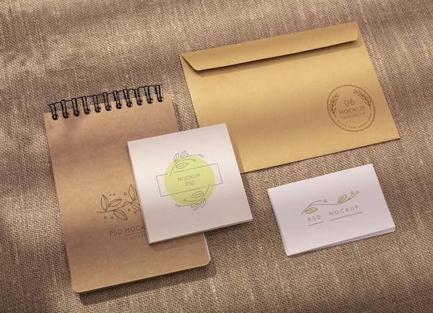 Minimaal assortiment van briefpapier mock-up