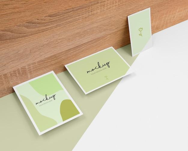 Minimaal briefpapier arrangement met hout