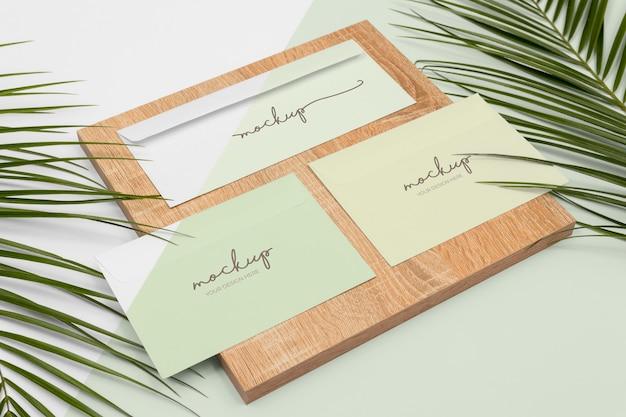 Minimaal briefpapier en houten stuk