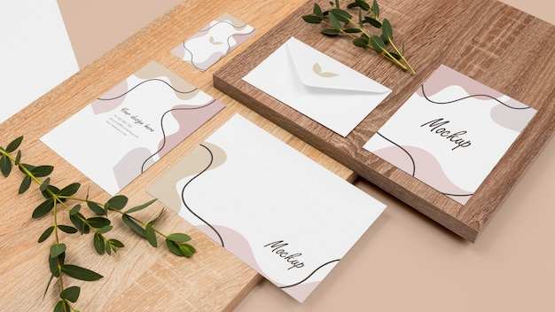 Minimale briefpapier en bladeren hoge hoek