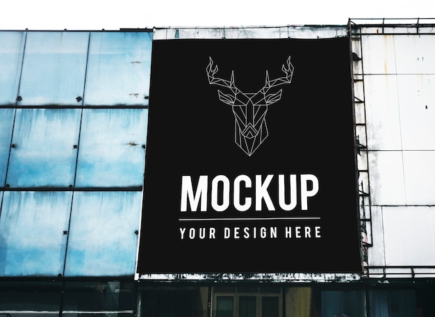 Minimale verticale billboard mockup op grote schaal