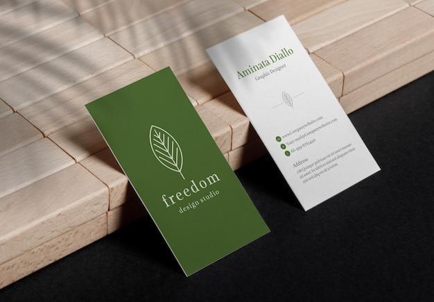 Minimale visitekaartjes mockup zittend op houten blok