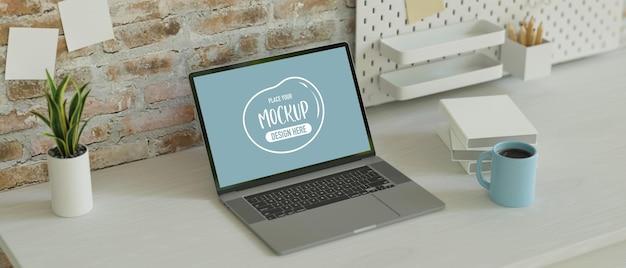 Minimale werkruimte met laptop, briefpapier op het bureau en plank op zoldermuur, kopieerruimte, 3d-rendering, 3d-illustratie