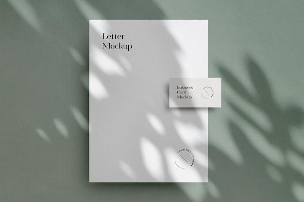 Minimalistisch briefpapiermodel met schaduwoverlay