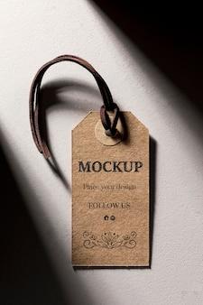 Minimalistisch model van kartonnen labels voor kleding