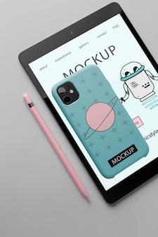 Minimalistisch ontwerpmodel met tablet en smartphone