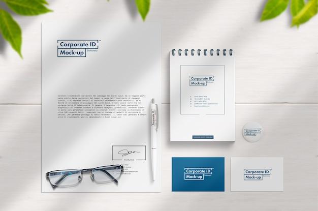 Minimalistische briefpapier set schoon en wit mock-up scène