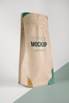 Minimalistische compositie van doypack-mock-up