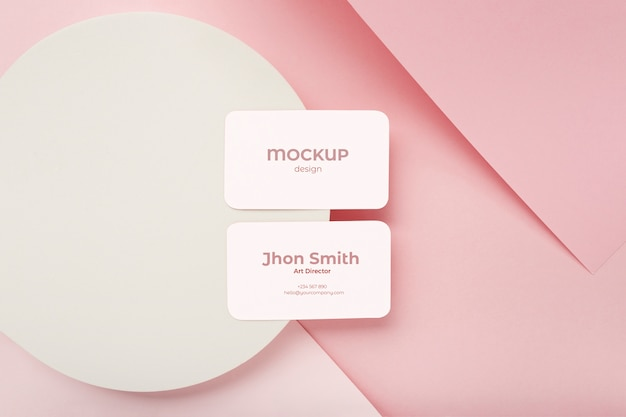 Minimalistische visitekaartjesamenstelling op geometrische achtergrond met roze en witte kleuren