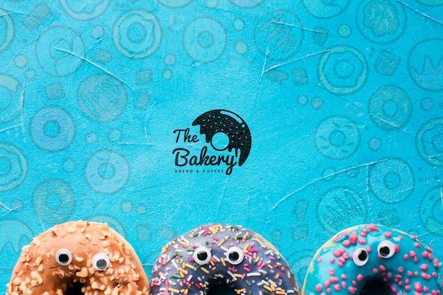 Mix van bestrooide kleurrijke donuts met