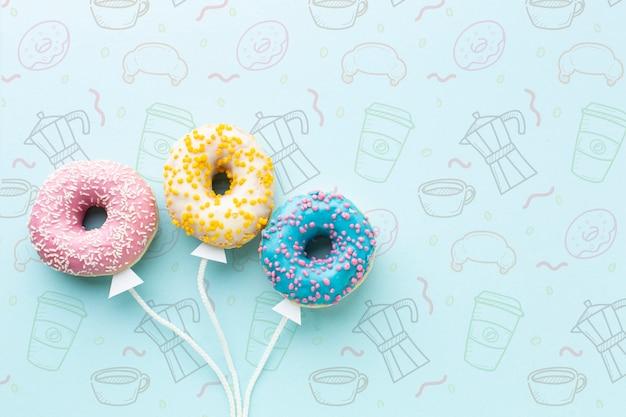 Mix van bestrooide kleurrijke donuts