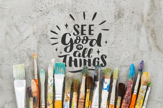 Mix van kleurrijke gebruikte penselen met positieve boodschap