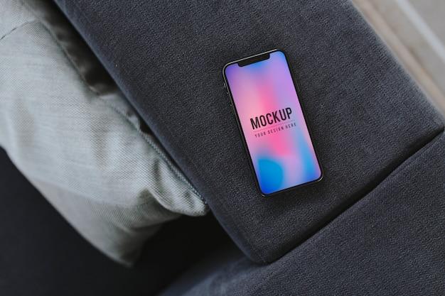 Mobiele telefoon met een kleurrijke achtergrond