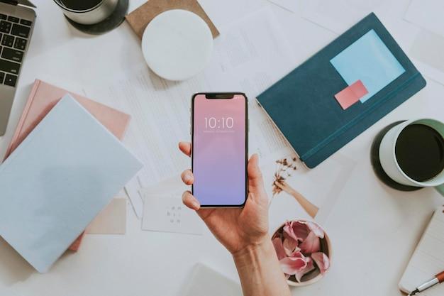 Mobiele telefoon op een vrouwelijk bureaudecor