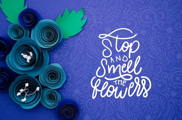 Mock-up artistiek bloemenframe met bericht