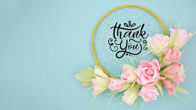 Mock-up artistieke bloemen frame met motiverende boodschap
