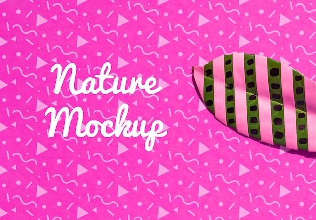 Mock-up artistieke tekening met strips op bladeren
