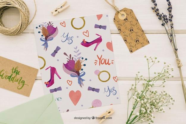 Mock up de boda con adornos, etiqueta, plantillas y flores