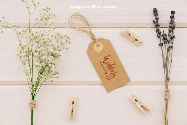 Mock up para bodas con etiqueta, flores y pinzas de la ropa