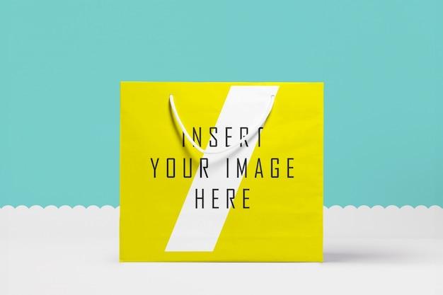 Mock up de bolsa de papel grande amarilla
