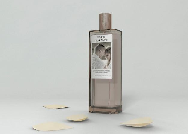 Mock-up bottiglia di profumo sul tavolo