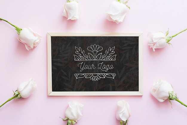 Mock-up boutique di fiori e boccioli di rose