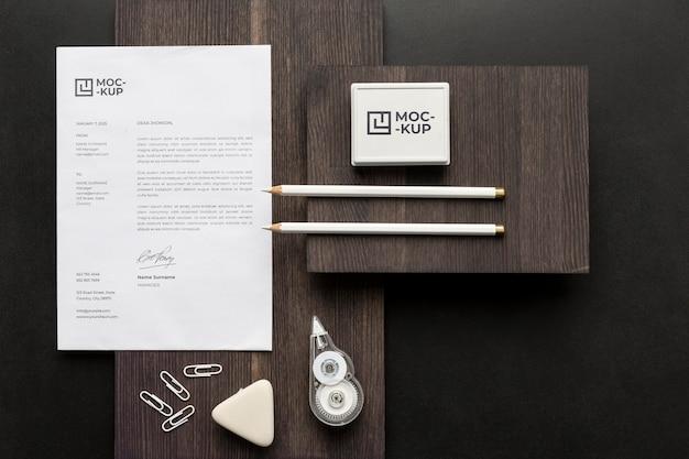 Mock-up briefpapier op houten arrangement