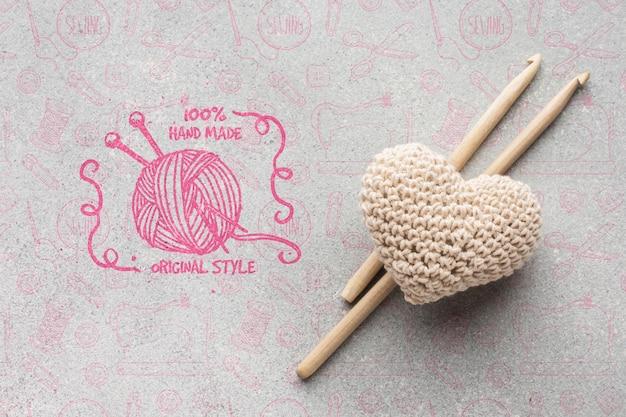 Mock-up con decorazione a cuore lavorato a maglia