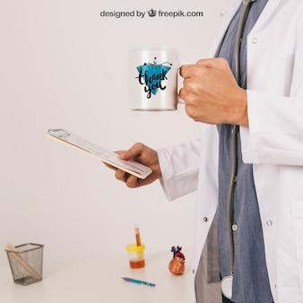Mock up con il medico che tiene tazza di caffè e appunti