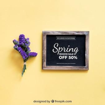 Mock up de primavera con pizarra al lado de flor morada