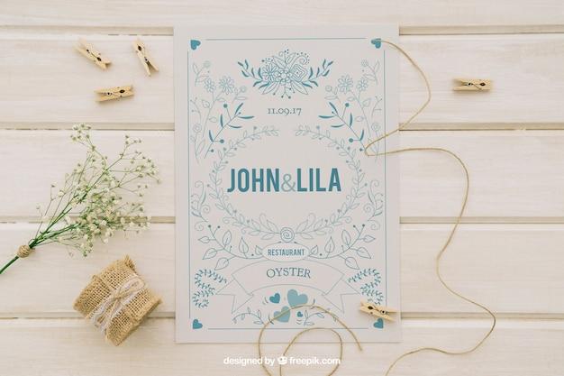 Mock up design con invito e ornamenti di nozze