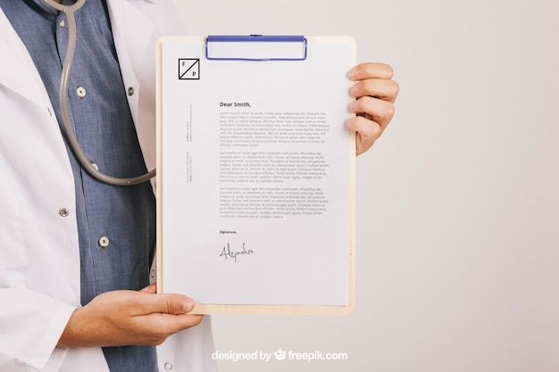 Mock up design con medico medico tenendo appunti