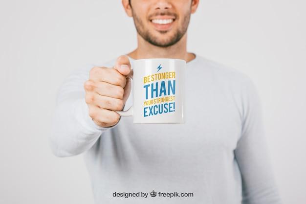 Mock up design con uomo e tazza