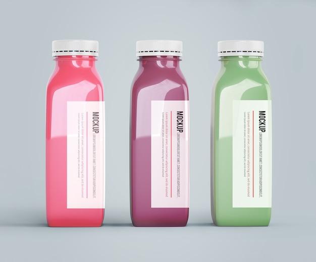 Mock-up di bottiglie di plastica con diversi succhi di frutta o verdura