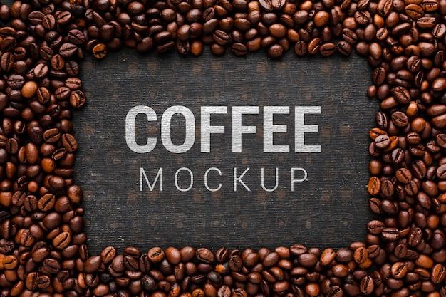 Mock-up di caffè con cornice di chicchi di caffè