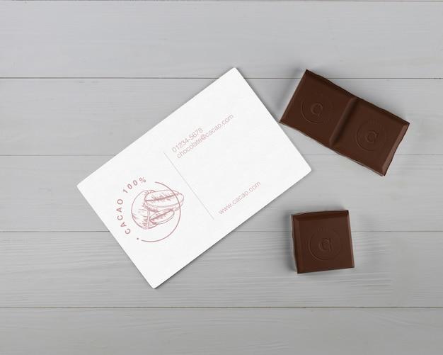 Mock-up di carta con dettagli in cioccolato e carta
