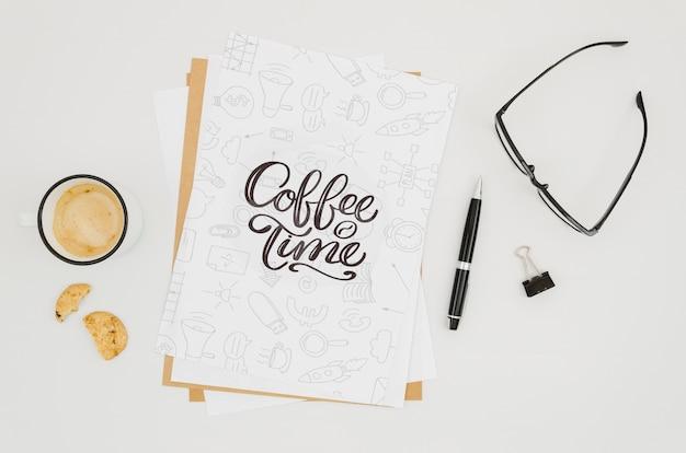 Mock-up di carta minimalista piatto laici su sfondo bianco